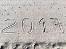 Año 2017 exhausto en la arena Imagenes de archivo