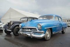 Año modelo de Chrysler Windsor 1954 del mismo tamaño azules en la exposición de coches retros Imagen de archivo libre de regalías
