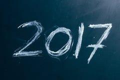 Año número 2017 escrito con la tiza blanca en la pizarra Fotografía de archivo libre de regalías
