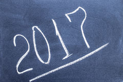Año número 2017 escrito en la pizarra Foto de archivo