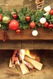 Año Nuevo/árbol de navidad con las decoraciones festivas coloridas en la chimenea fotos de archivo libres de regalías
