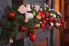 Año Nuevo/árbol de navidad con las decoraciones festivas coloridas en la chimenea imagen de archivo libre de regalías