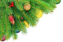Año Nuevo, árbol de navidad con los juguetes aislados en un fondo blanco. Imagen de archivo