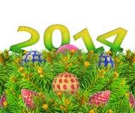 Año Nuevo, árbol de navidad con los juguetes aislados en un fondo blanco. Fotografía de archivo
