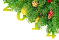 Año Nuevo, árbol de navidad con los juguetes aislados en un fondo blanco Imagen de archivo