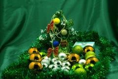 Año Nuevo, árbol verde, humor festivo, juguetes del ` s del Año Nuevo, un pequeño árbol de navidad verde Fotografía de archivo libre de regalías