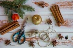 Año Nuevo Artes de la Navidad, yute rojo de la cuerda del candelero y tijeras Creación del ` s del Año Nuevo de la atmósfera fest imagen de archivo libre de regalías