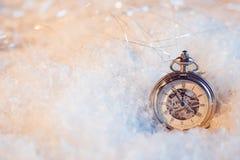 Año Nuevo, casi de medianoche Fondo festivo, reloj antiguo en la nieve Fotografía de archivo libre de regalías