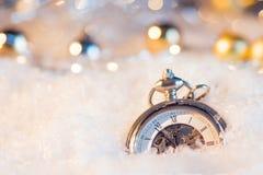 Año Nuevo, casi de medianoche Fondo festivo, reloj antiguo en la nieve Imágenes de archivo libres de regalías