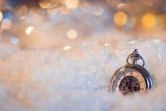 Año Nuevo, casi de medianoche Fondo festivo, reloj antiguo en la nieve Fotos de archivo