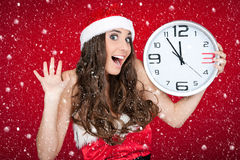 Año Nuevo casi - muchacha de santa, reloj, concepto de la nieve Imágenes de archivo libres de regalías