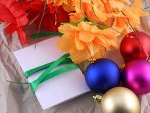 Año Nuevo, celebración de la Navidad, bolas, flores y tarjeta de la invitación Imagen de archivo libre de regalías