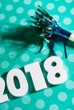 Año Nuevo: Celebre 2018 con un Noisemaker y los lunares Fotografía de archivo