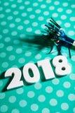 Año Nuevo: Celebre 2018 con un Noisemaker y los lunares Fotos de archivo libres de regalías