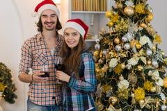 Año Nuevo cerca adornado feliz Santa Hat del desgaste del árbol del Año Nuevo del soporte de las copas de vino del control de los Imágenes de archivo libres de regalías