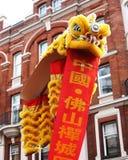 Año Nuevo chino amarillo chino de Londres del dragón y de la bandera Fotografía de archivo