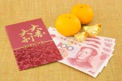 Año Nuevo chino con el billete de banco y el lingote del yuan del dinero Fotos de archivo libres de regalías