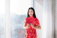 Año Nuevo chino de la mujer asiática de la belleza del retrato con el vestido chino foto de archivo libre de regalías