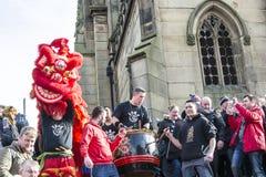 Año Nuevo chino de Liverpool - mirando fijamente usted hacia fuera - Dragon Dancers en las calles de Liverpool Fotos de archivo