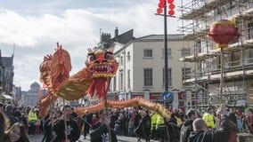 Año Nuevo chino de Liverpool - mirando fijamente usted hacia fuera - Dragon Dancers en las calles de Liverpool Imagen de archivo