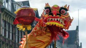 Año Nuevo chino de Liverpool - mirando fijamente usted hacia fuera - Dragon Dancers en las calles de Liverpool Imagen de archivo libre de regalías