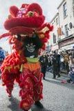 Año Nuevo chino de Liverpool - mirando fijamente usted hacia fuera - Dragon Dancers en las calles de Liverpool Fotos de archivo libres de regalías