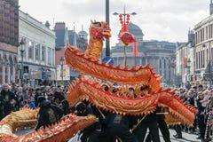 Año Nuevo chino de Liverpool - mirando fijamente usted hacia fuera - Dragon Dancers en las calles de Liverpool Fotografía de archivo libre de regalías