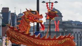 Año Nuevo chino de Liverpool - mirando fijamente usted hacia fuera - Dragon Dancers en las calles de Liverpool Foto de archivo