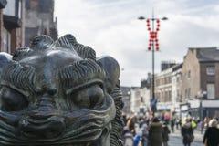 Año Nuevo chino de Liverpool - mirando fijamente usted hacia fuera - Dragon Dancers en las calles de Liverpool Foto de archivo libre de regalías