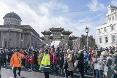 Año Nuevo chino de Liverpool - mirando fijamente usted hacia fuera - Dragon Dancers en las calles de Liverpool Imágenes de archivo libres de regalías