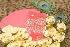 Año Nuevo chino del oro chino y del sobre rojo Fotos de archivo libres de regalías