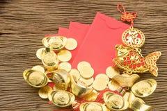 Año Nuevo chino del oro chino y del sobre rojo Fotos de archivo