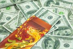 Año Nuevo chino Dragon Red Envelope y dólares Imagen de archivo