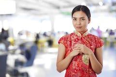 Año Nuevo chino feliz de la mujer asiática hermosa imágenes de archivo libres de regalías