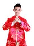 Año Nuevo chino feliz Hombre asiático joven con el gesto del congratul Foto de archivo libre de regalías