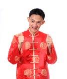 Año Nuevo chino feliz Hombre asiático joven con el gesto del congratul Imagen de archivo libre de regalías