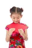 Año Nuevo chino feliz muchacha asiática de la sonrisa que sostiene el sobre rojo Fotos de archivo