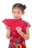Año Nuevo chino feliz muchacha asiática de la sonrisa que sostiene el sobre rojo Imagenes de archivo