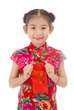 Año Nuevo chino feliz muchacha asiática de la sonrisa que sostiene el sobre rojo Fotografía de archivo libre de regalías