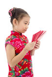 Año Nuevo chino feliz muchacha asiática de la sonrisa que sostiene el sobre rojo Fotos de archivo libres de regalías