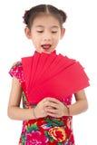 Año Nuevo chino feliz muchacha asiática de la sonrisa que sostiene el sobre rojo Imagen de archivo libre de regalías