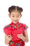 Año Nuevo chino feliz muchacha asiática de la sonrisa que sostiene el sobre rojo Imágenes de archivo libres de regalías