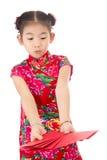 Año Nuevo chino feliz muchacha asiática de la sonrisa que sostiene el sobre rojo Foto de archivo