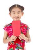 Año Nuevo chino feliz muchacha asiática de la sonrisa que sostiene el sobre rojo Foto de archivo libre de regalías