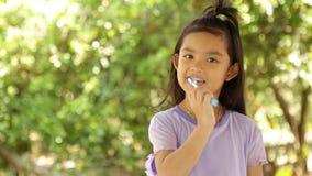 Año Nuevo chino feliz muchacha asiática de la sonrisa que sostiene el sobre rojo almacen de video