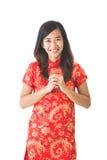 Año Nuevo chino feliz Mujer asiática que lleva el vestido rojo Fotos de archivo