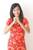 Año Nuevo chino feliz Mujer asiática que lleva el vestido rojo