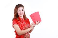 Año Nuevo chino feliz mujer asiática sonriente que sostiene el sobre rojo Imagen de archivo libre de regalías
