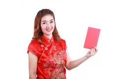 Año Nuevo chino feliz mujer asiática sonriente que sostiene el sobre rojo Foto de archivo