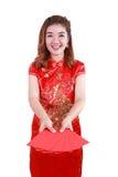 Año Nuevo chino feliz mujer asiática sonriente que sostiene el sobre rojo Imágenes de archivo libres de regalías